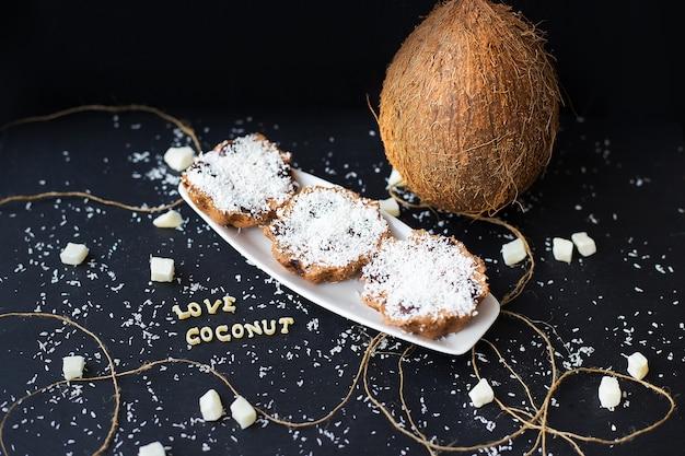 Кокосовые кексы на столе