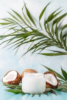 Кокосовое масло и кокосы на яркой пастели