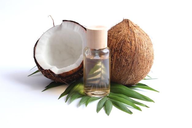 ココナッツオイルとココナッツ椰子の枝がクローズアップ
