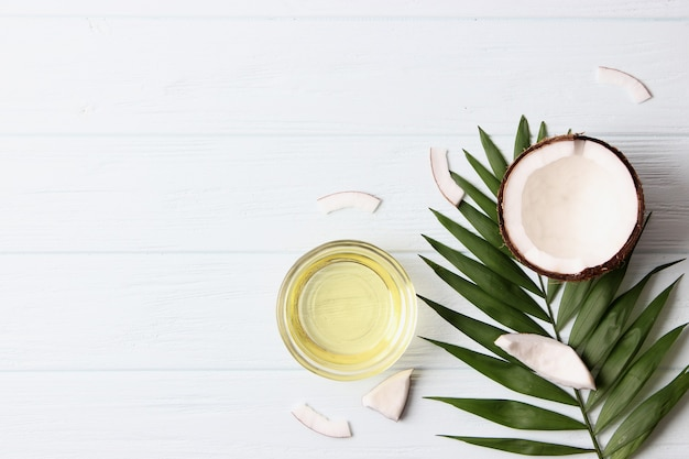 Кокосовое масло и кокосовые пальмовые ветви крупным планом