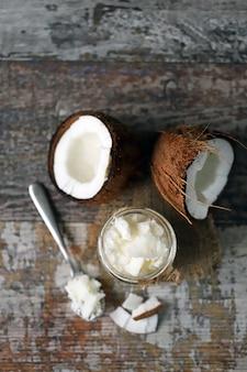 ココナッツオイル。健康食品のコンセプト。ケトダイエット。