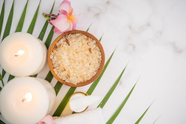 코코넛 오일, 열대 잎 및 신선한 코코넛. 가벼운 나무 표면에 스파 코코넛 제품.