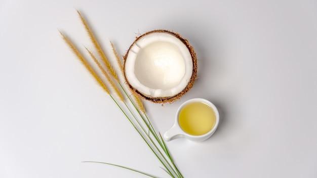 코코넛 반쪽이 들어간 코코넛 오일