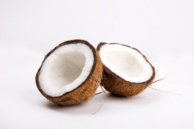 고립 된 배경에 코코넛
