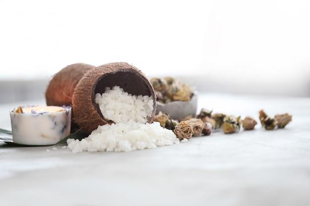 가벼운 대리석 표면에 코코넛