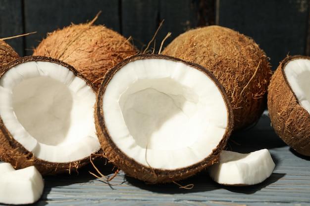 코코넛 나무에 가까이. 열대 과일
