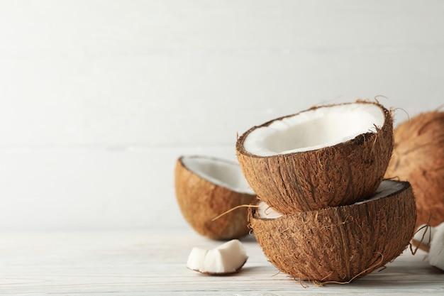 코코넛 나무 테이블에 가까이. 열대 과일