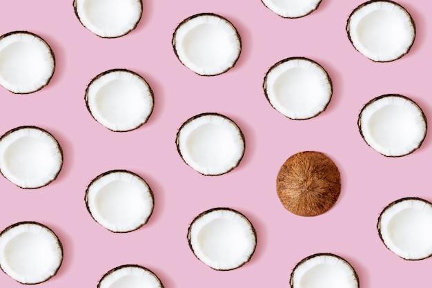 Кокосовый узор на розовом фоне. набор половинок кокоса.