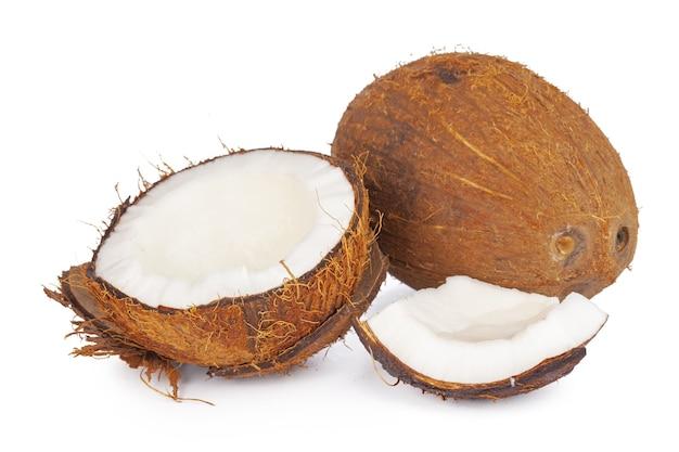 Кусочки кокоса, изолированные на белом фоне