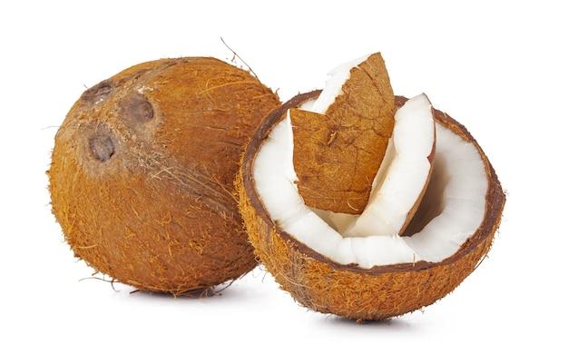 Куча кусочков кокоса, изолированные на белом фоне
