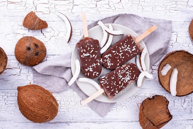 Кокосовое фруктовое мороженое в шоколадной глазури