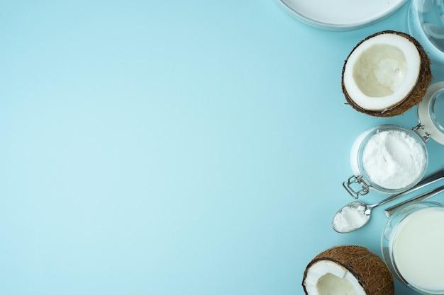 코코넛 제품은 유리병 식물 우유에 반 코코넛 가루로 자른 고기와 함께 열린 코코넛을 깨뜨렸다