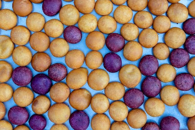 ココナッツおにぎりは、タイの屋台の食べ物市場で米粉とココナッツミルクから作られた伝統的なタイのデザートです。