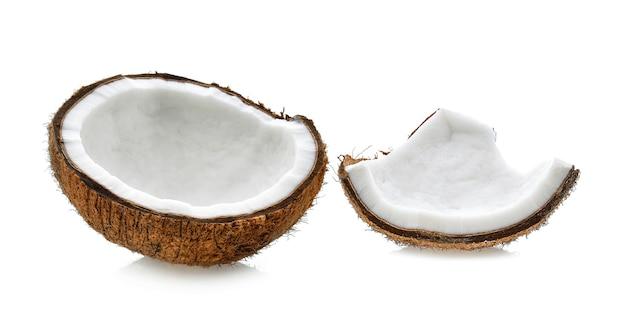 白い背景の上のココナッツスライス