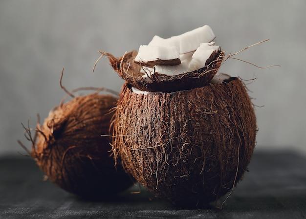 코코넛 위에 코코넛 조각. 열대 과일