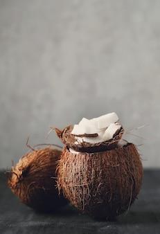 Кокосовые стружки поверх кокоса. тропический фрукт