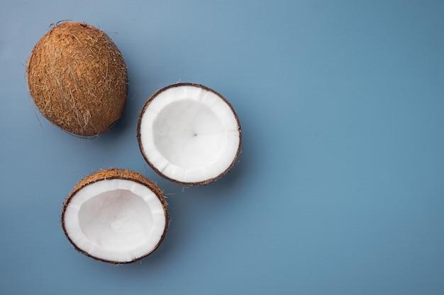 코코넛 조각 세트, 파랑 질감 된 여름 배경, 텍스트 복사 공간 평면도 평면 누워 프리미엄 사진