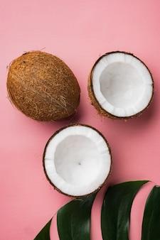 코코넛 조각 세트, 분홍색 질감 여름 배경, 평면도 평면 누워