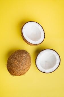 코코넛 조각 세트, 노란색 질감 여름 배경, 평면도 평면 누워