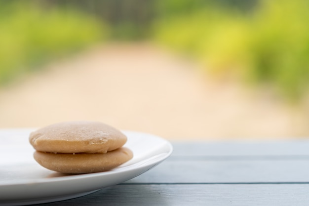 皿の上のココナッツシュガーケーキ Premium写真