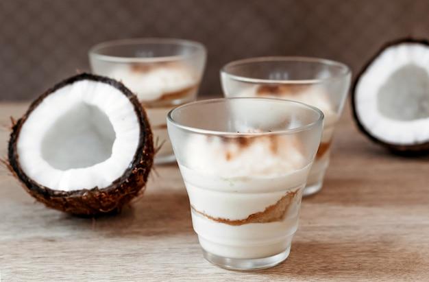 カフェでココナッツの柔らかいデザート。バレンタインデーのためのガラスのデザート。
