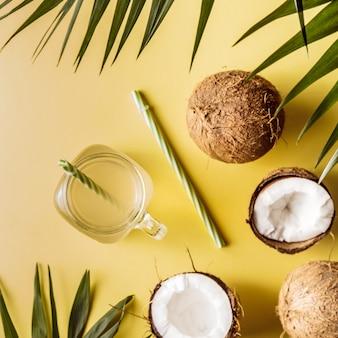 ココナッツ水と熱帯の葉の背景にココナッツ