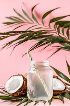 明るいパステルカラーのココナッツウォーターとココナッツ