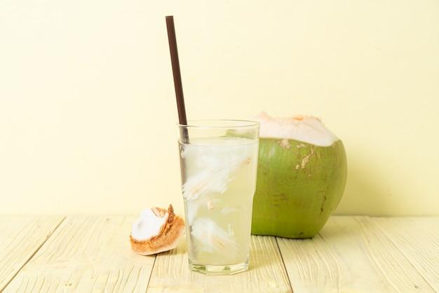 ココナッツ ウォーターまたはココナッツ ジュース、アイス キューブ付きのグラス