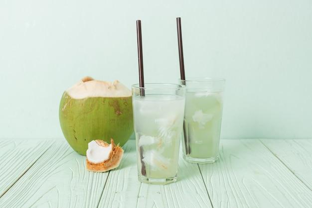 아이스 큐브와 유리에 코코넛 워터 또는 코코넛 주스