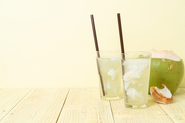 아이스 큐브가 든 유리에 코코넛 물 또는 코코넛 주스