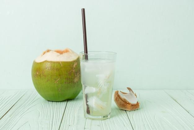アイスキューブとグラスのココナッツ水またはココナッツジュース