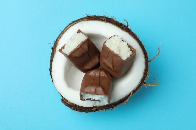 Кокос с шоколадными батончиками на синем фоне