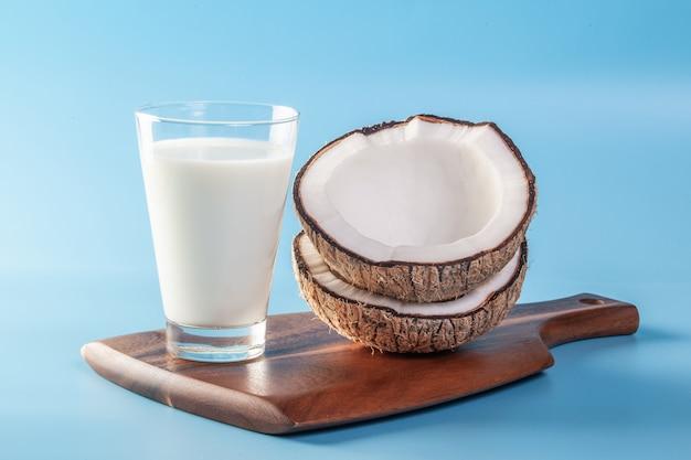 青い地面にココナッツミルクとココナッツ