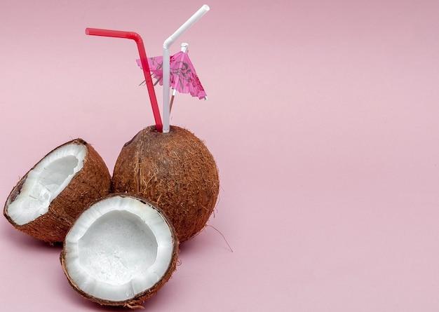 Кокосовый орех с трубочкой для питья и зонтиком