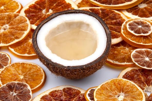 말린 감귤류에 천연 우유와 코코넛