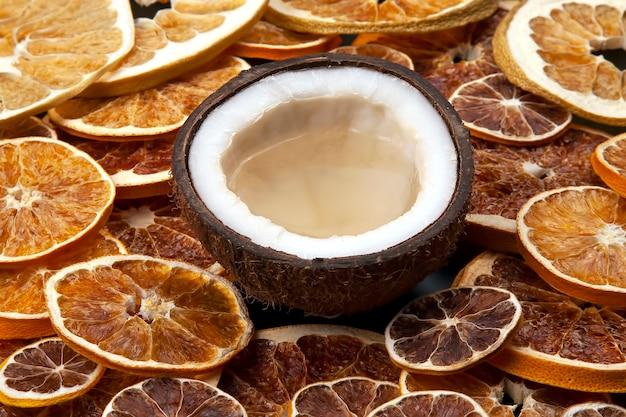 말린 감귤류의 표면에 천연 우유와 코코넛