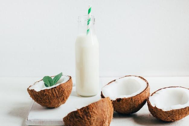 白い背景の上のボトルのココナッツとココナッツミルク