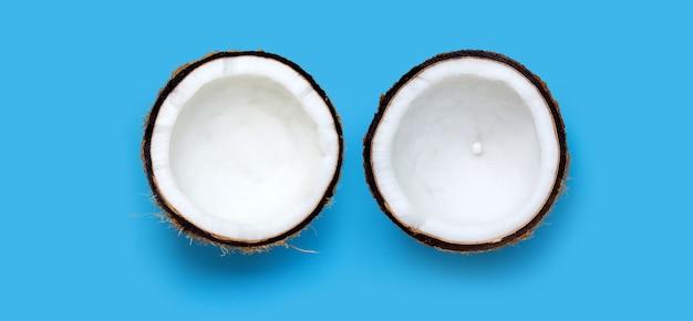파란색 벽에 코코넛입니다. 공간 복사