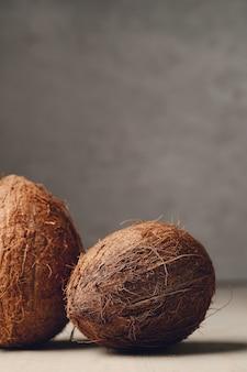 나무 테이블 위에 코코넛