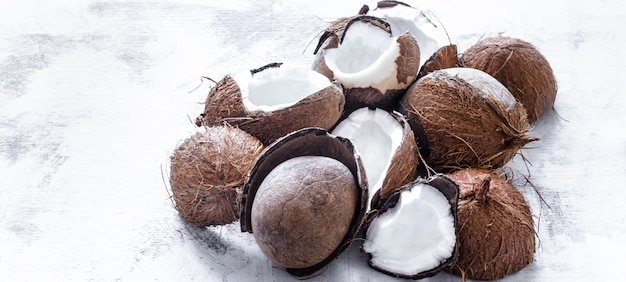 明るい背景にココナッツトロピカルフルーツ