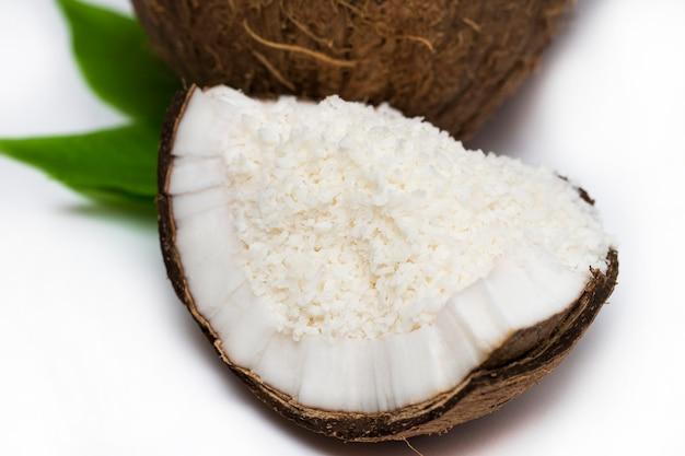 Кокосы с кокосовой стружкой на белом фоне