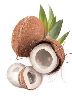 흰색 표면에 잎 코코넛