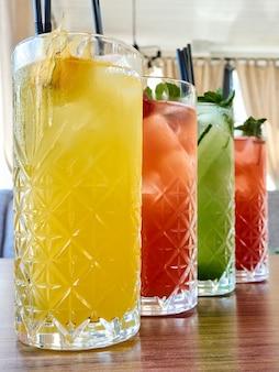 ガラスのカクテルカラーストロベリーオレンジレモンライムモヒートアイスコールド