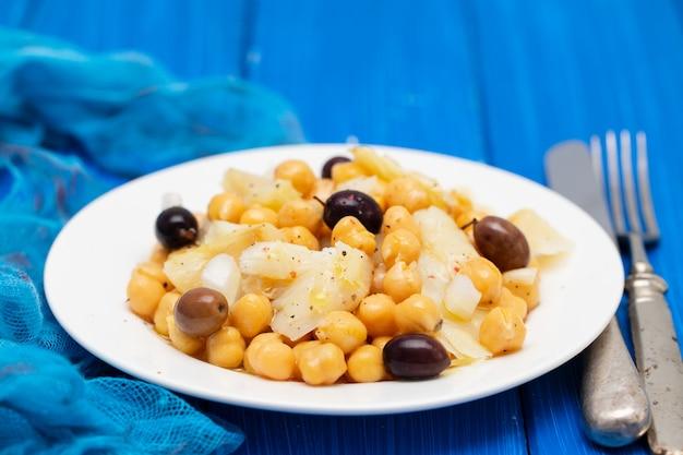 タラの魚とひよこ豆とオリーブ料理