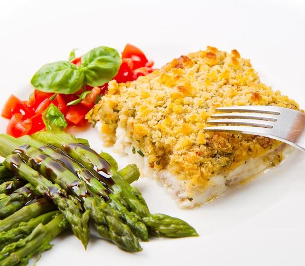 바삭한 빵가루와 아스파라거스를 곁들인 대구 생선