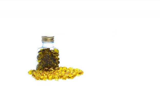 空白のラベルが付いた半透明のプラスチックボトルのタラ肝油