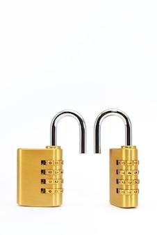 コードロック。白い背景の上のクロム番号と組み合わせ錠のクローズアップ。セキュリティの概念。