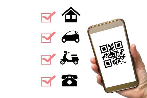 Плата за сканирование кода крупный план руки, держащей смартфон и сканирующей код
