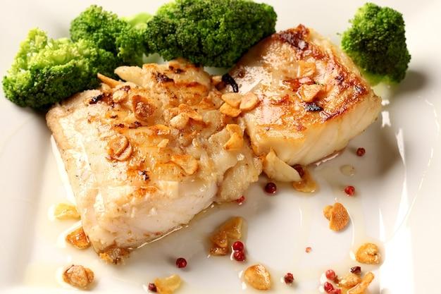 Треска - рыбное филе в соусе с чесноком и овощами