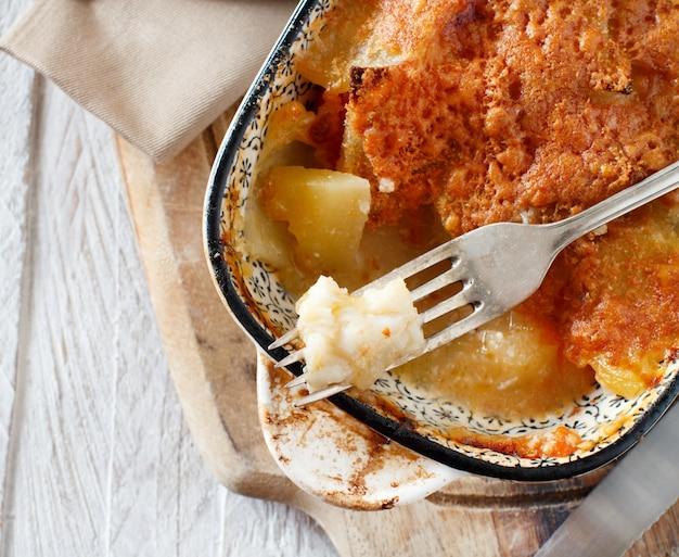 Треска или баккала с картофелем, приготовленным в духовке в небольшой запеканке